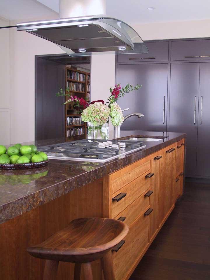 O granito marrom na bancada traz conforto e acolhimento para a cozinha