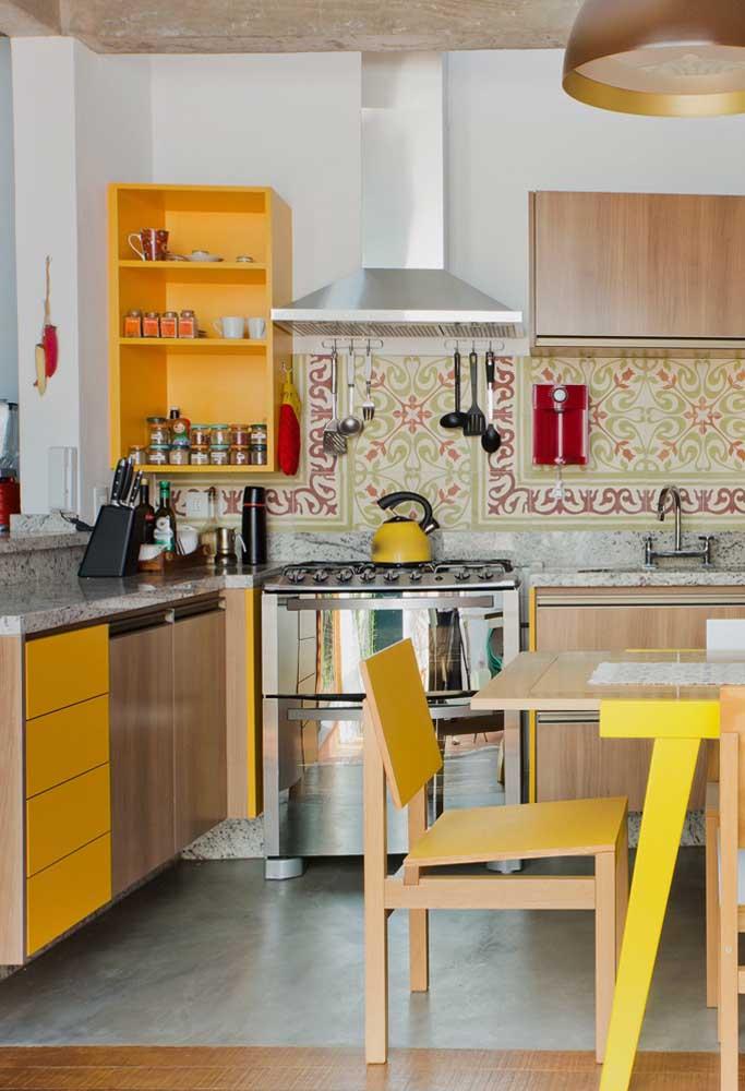 Essa cozinha colorida e descontraída trouxe uma bancada de granito branco