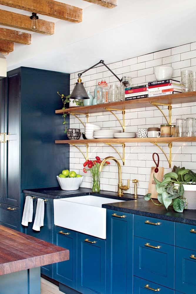 Granito azul e armário azul: sempre dá certo essa dobradinha!