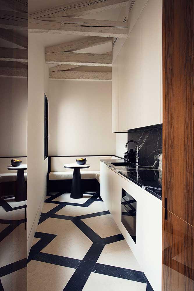 Elegância e sofisticação nessa cozinha com bancada e parede revestida de granito preto via láctea