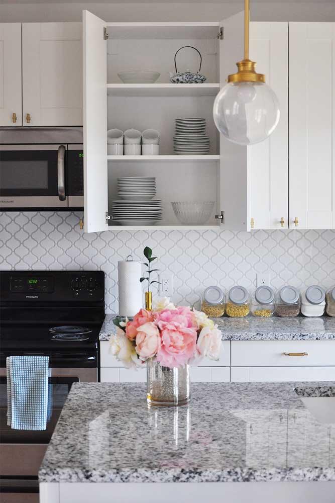 Belo equilíbrio de tons nessa cozinha: armários brancos, granito cinza e detalhes dourados