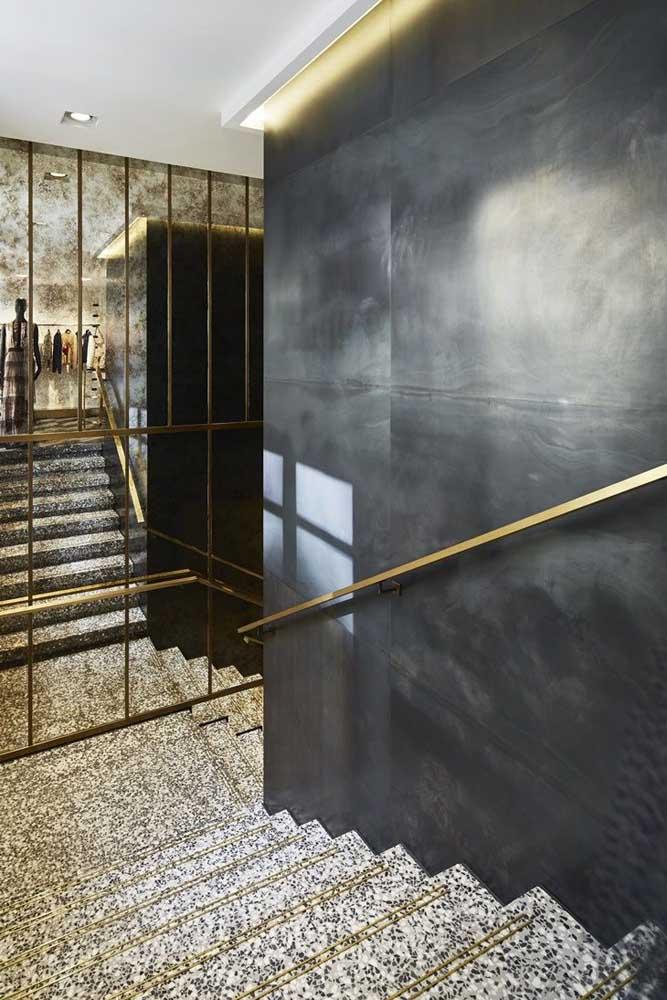 "Granito branco polar na escada; para não ter ""briga"" a parede foi pintada de cinza"