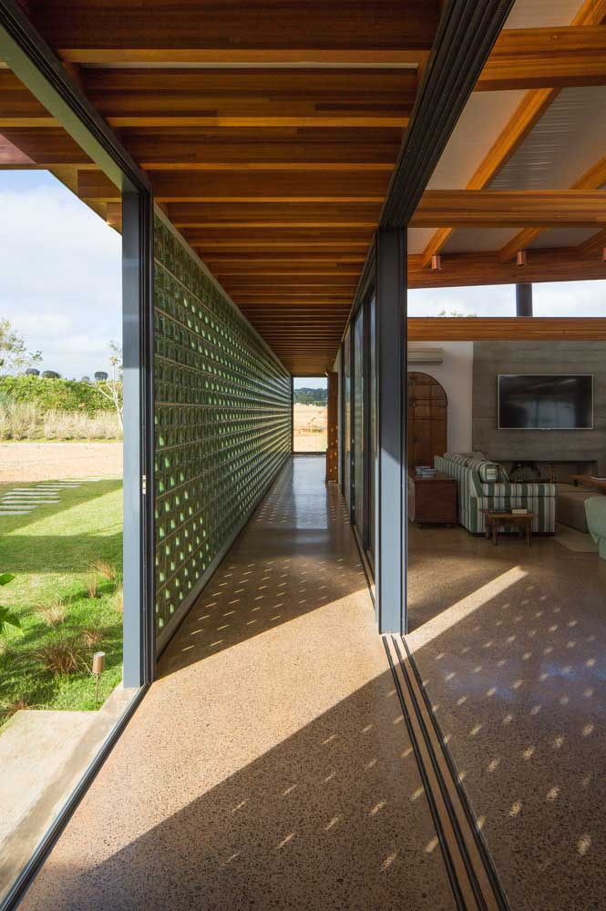 Essa casa ampla e aconchegante apostou no uso do granito amarelo para revestir todo o chão