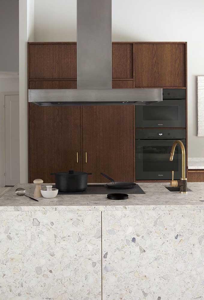 Linda inspiração de cozinha clean e moderna com ilha de granito branco