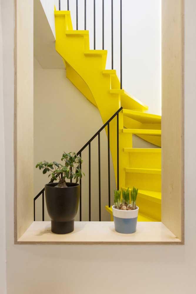 A cor amarelo fluorescente é perfeita para destacar um ambiente como no caso dessa escada.