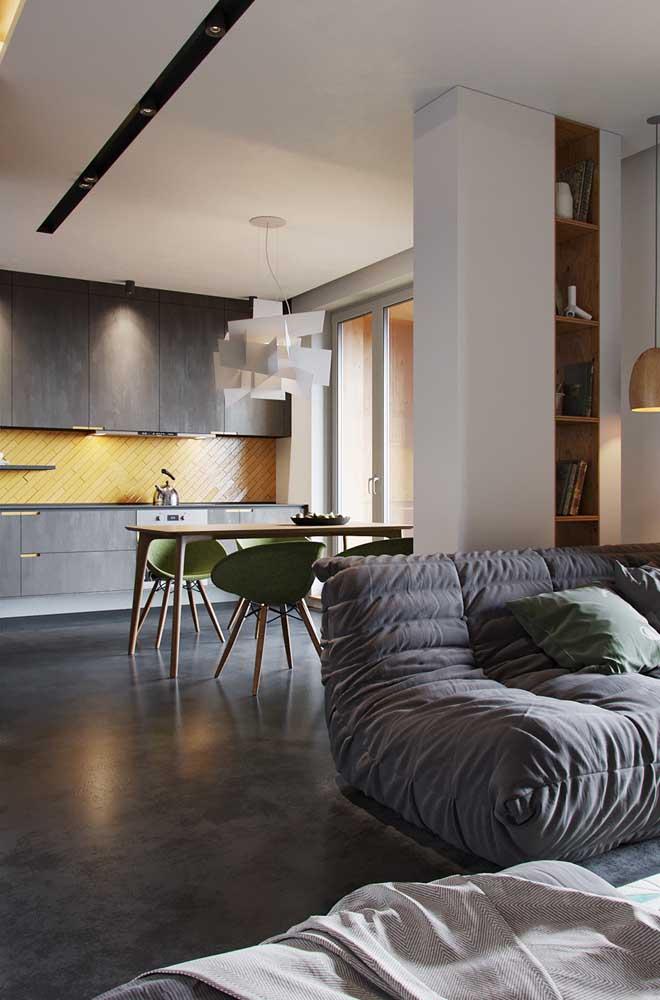 Na cozinha você pode aplicar a cor amarela apenas na parede entre o armário e a bancada.