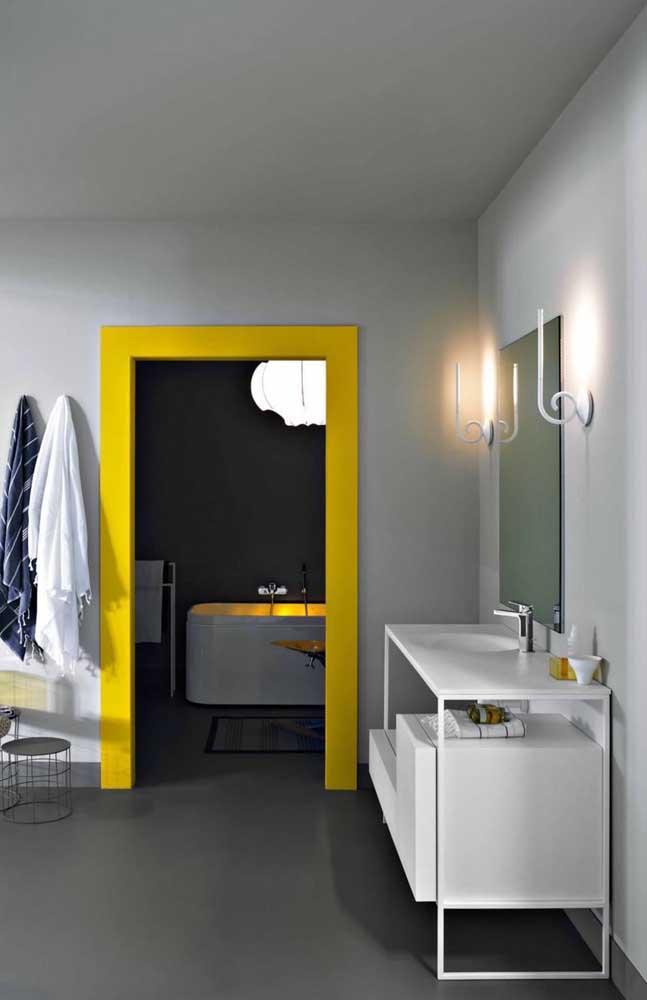 O que acha de pintar a porta do banheiro na cor amarela?