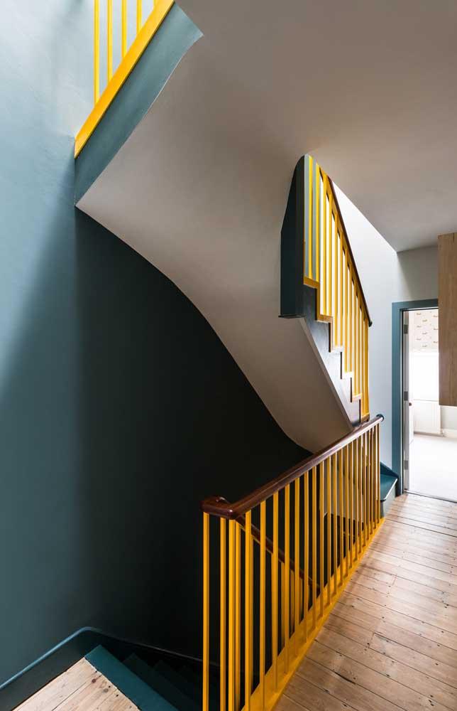 Novamente a combinação da cor azul e amarela presente na decoração da casa.