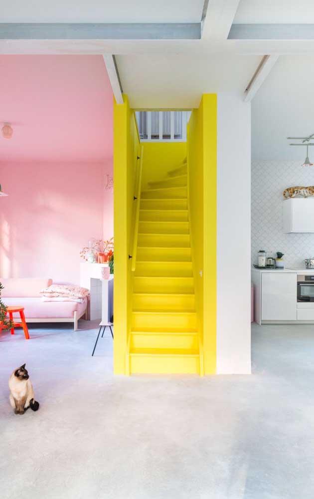 Ou pintar de amarelo apenas a escada da casa?