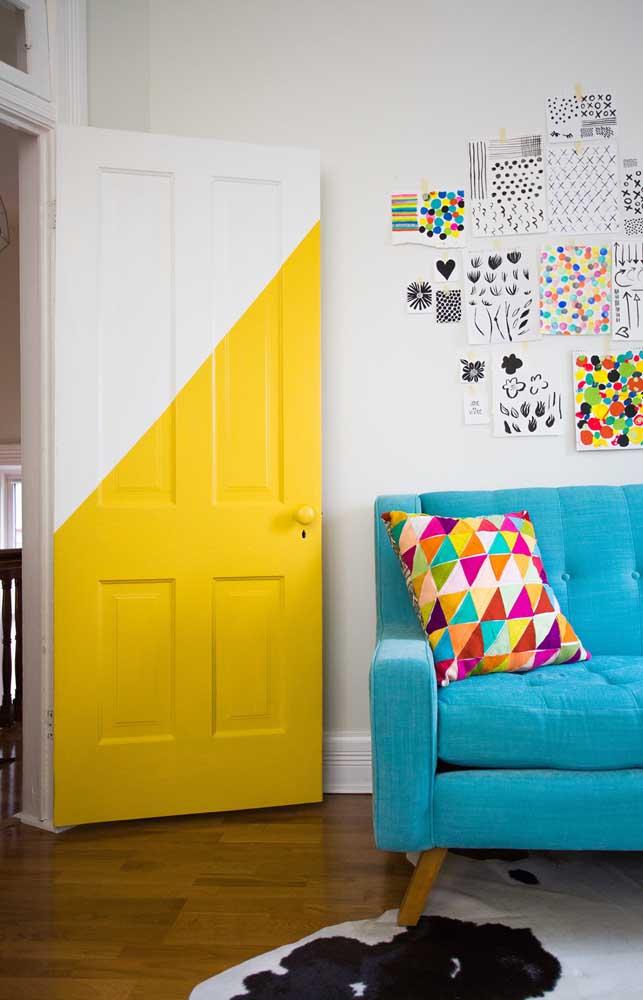 Que tal pintar a porta com as cores branca e amarela?