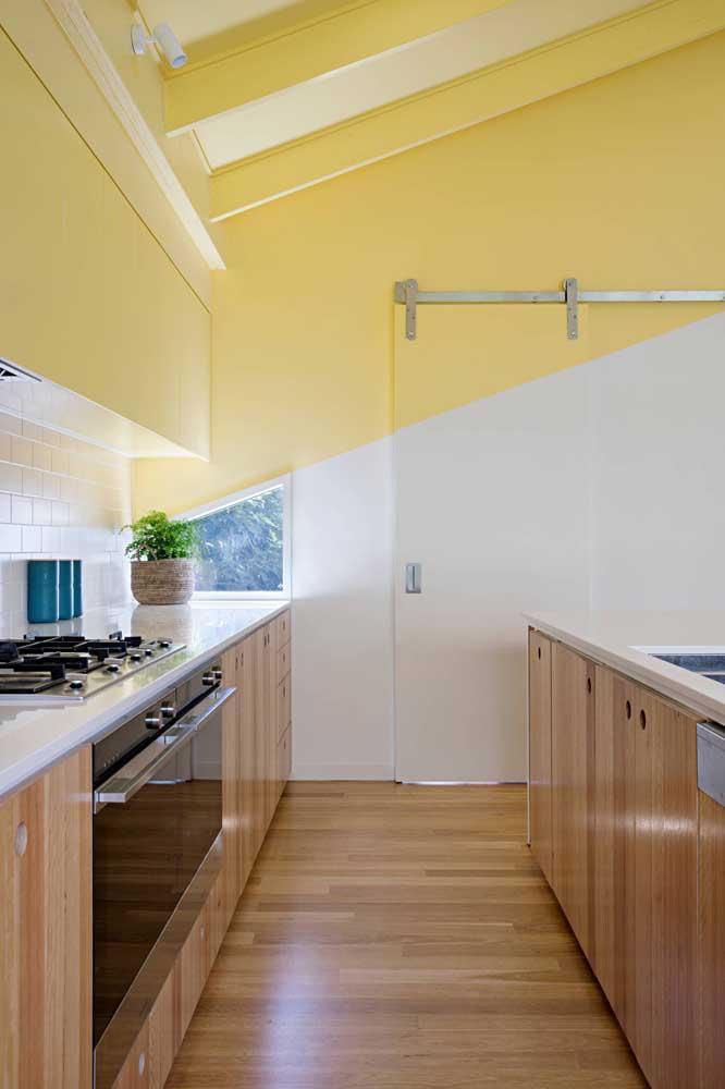 Olha como fica diferente a parede com duas cores, sendo uma delas amarela.