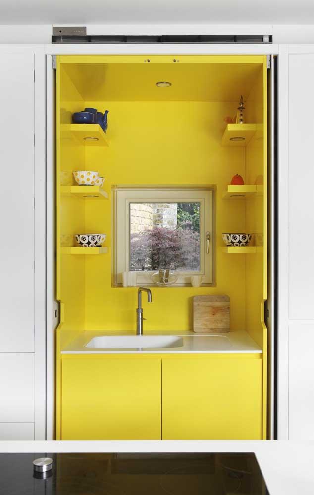 Um pequeno armário na cor amarela faz uma enorme diferença na decoração.