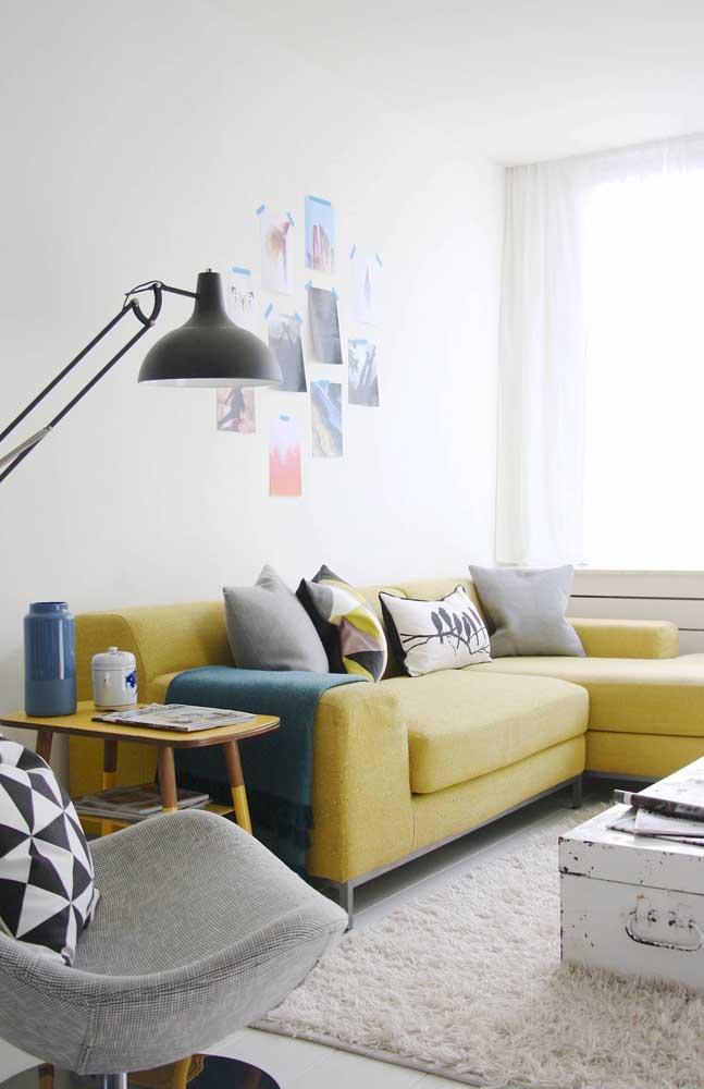 Que tal colocar um sofá amarelo para destacar a sua sala?