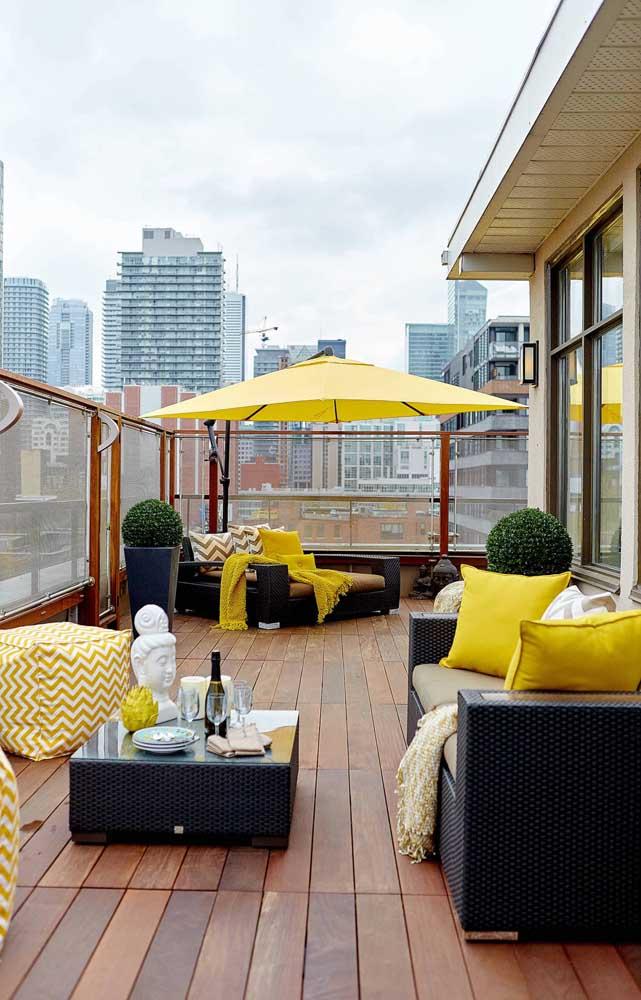 Olha como a cor amarela fica linda em uma decoração no ambiente externo.