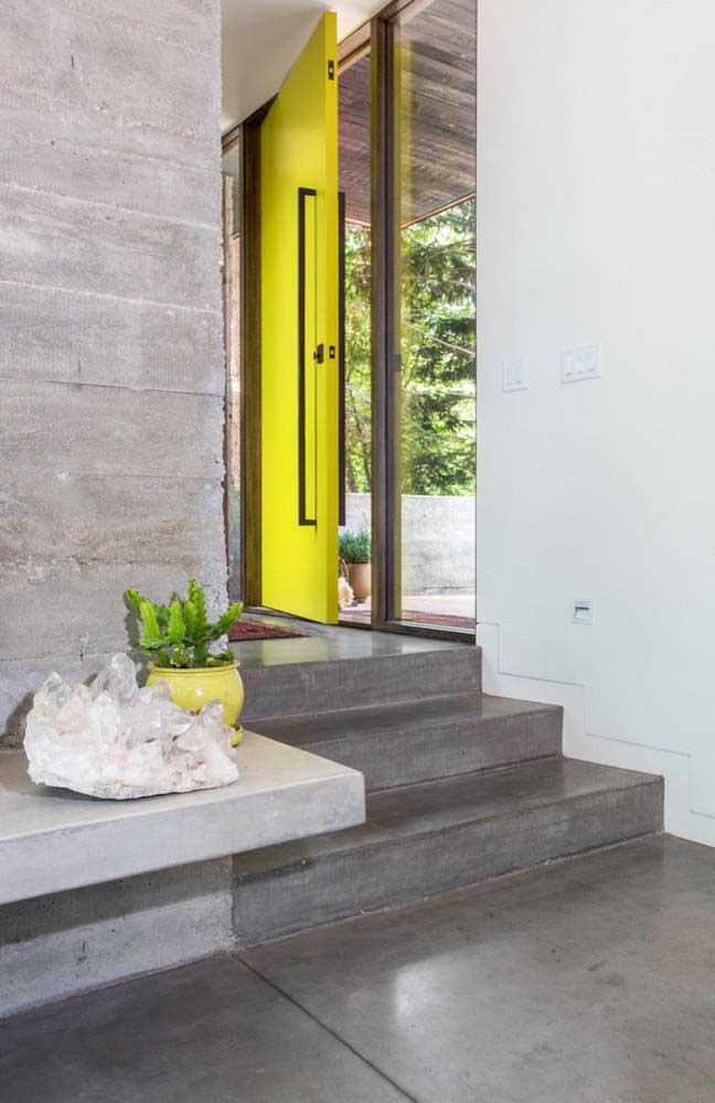 A cor amarela representa alegria, então coloque a cor na porta da sua casa.