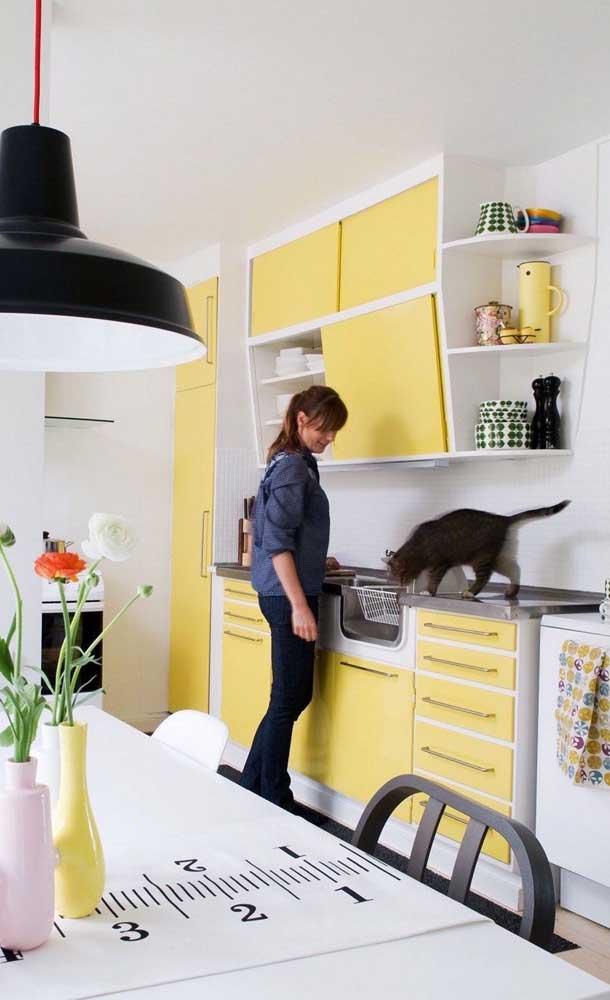 Olha como a cozinha amarela fica perfeita.
