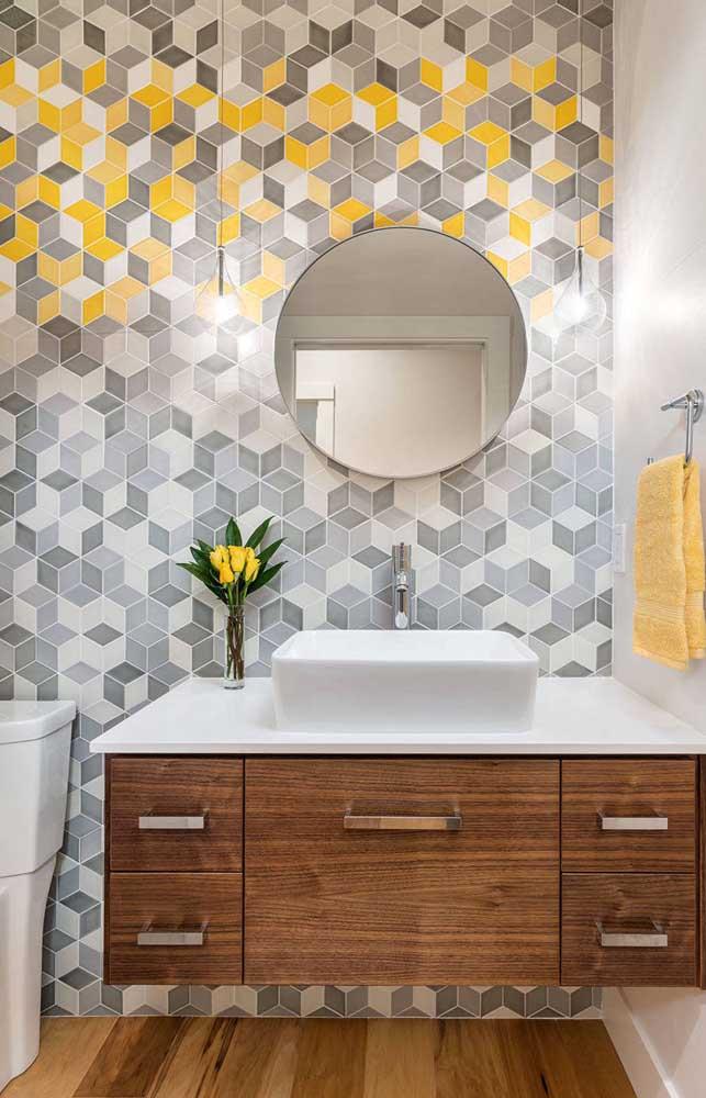 Que tal misturar a cor amarela com a cor cinza no revestimento da parede?