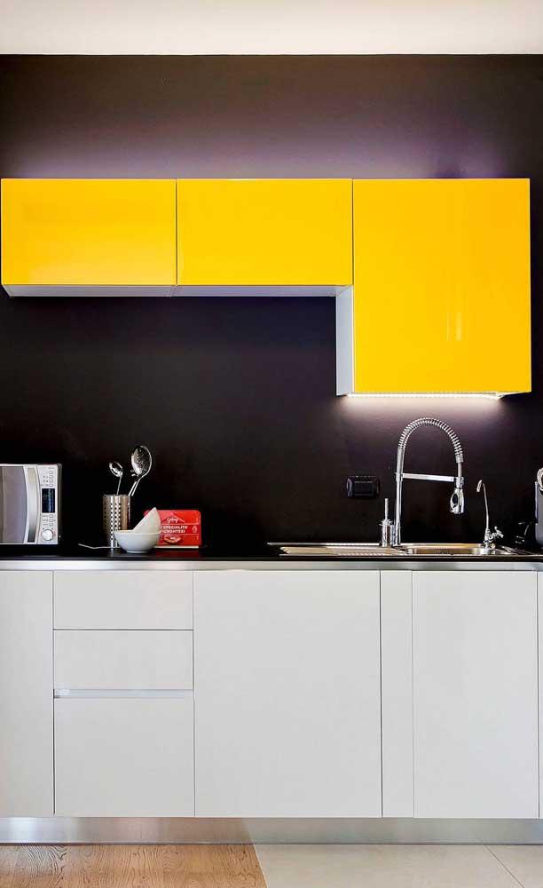 Pinte a parede na cor preta e escolha móveis na cor amarela para você vê o resultado.