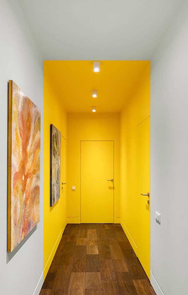 O piso de madeira ganha destaque com a cor amarela.