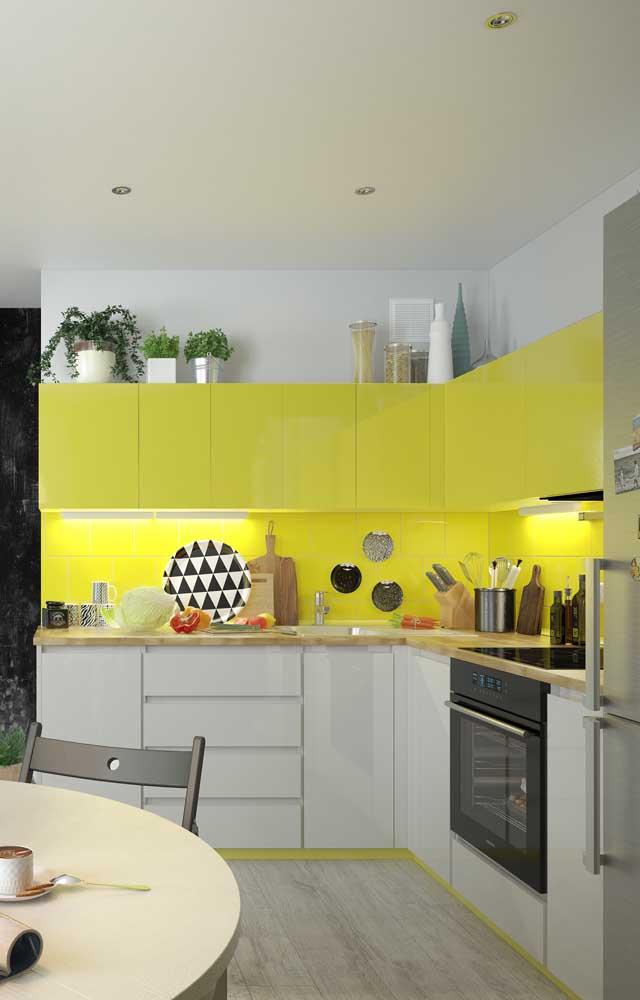 Já o amarelo citrino fica lindo nos móveis da cozinha.