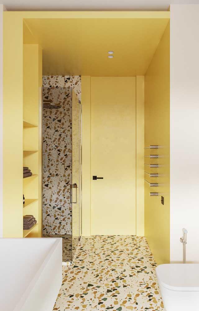 Que tal fazer um banheiro amarelo? Basta pintar a parede usando um dos tons da paleta de cores.