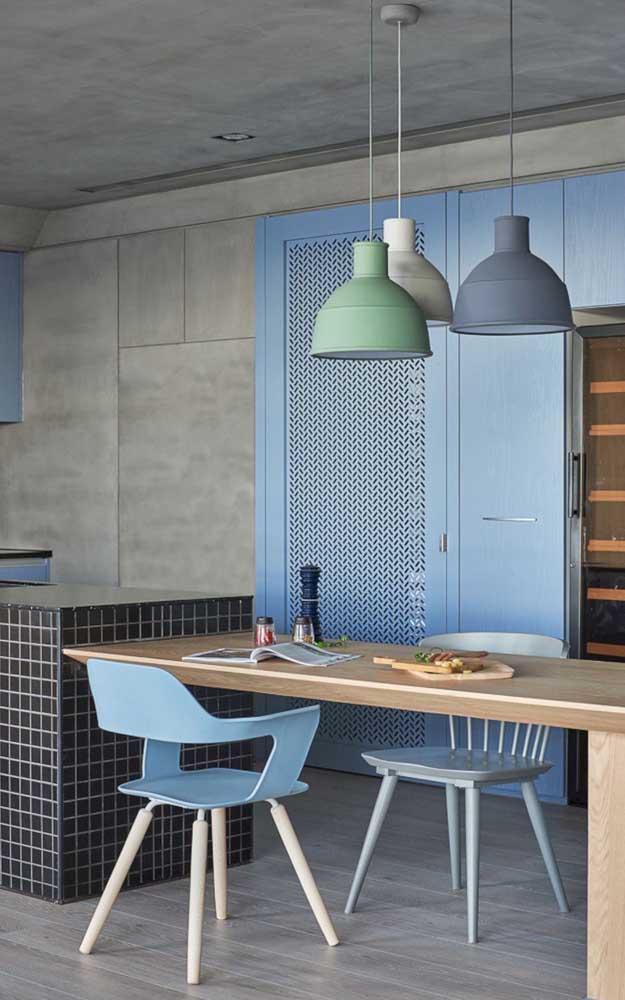 Tom de azul suave combinado ao rústico cinza do cimento queimado; uma proposta moderna e bem original