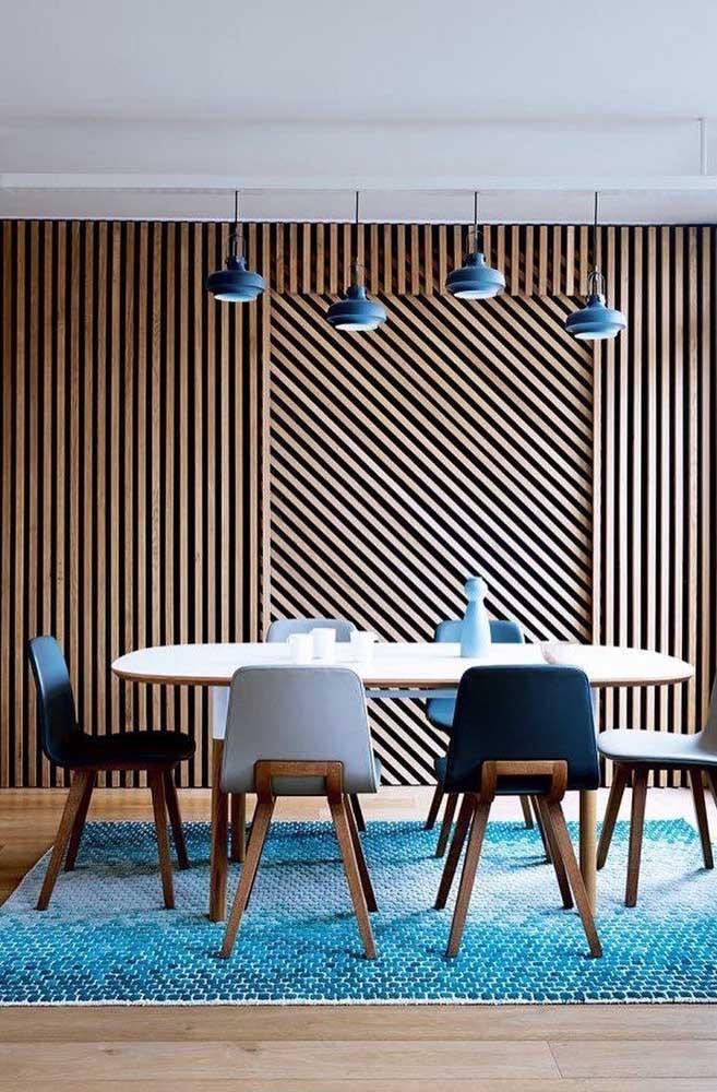 Nessa sala de jantar, o azul marca presença nos detalhes de muito significativo