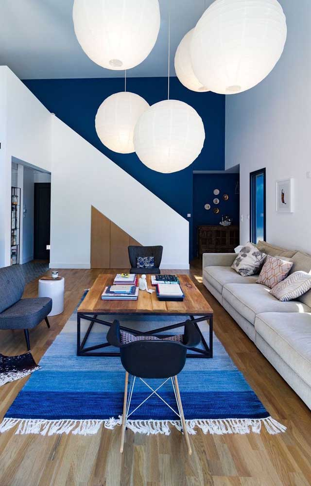 Azul e branco para colorir a sala de estar ampla e moderna