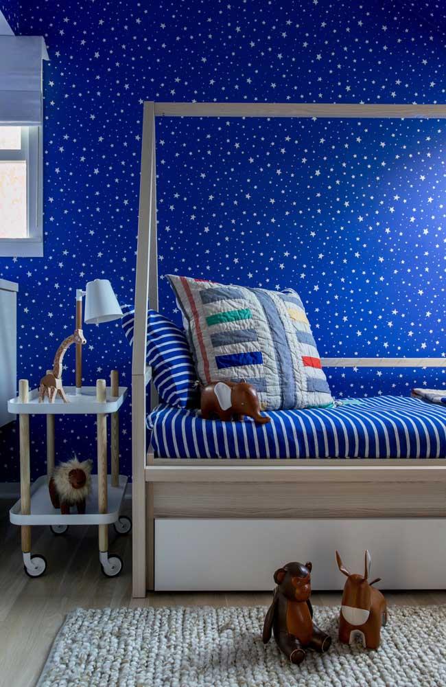Um céu azul e estrelado foi pintado nesse quarto de bebê; paz e tranquilidade reinam por aqui