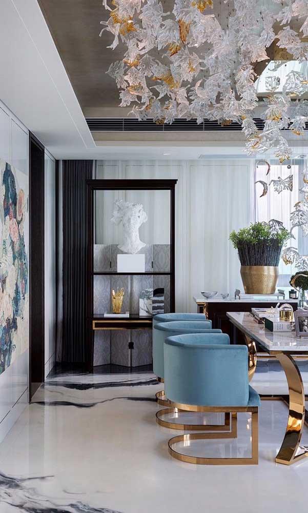 Já aqui, o mesmo tom de azul delicado ajuda a compor um ambiente clássico e elegante