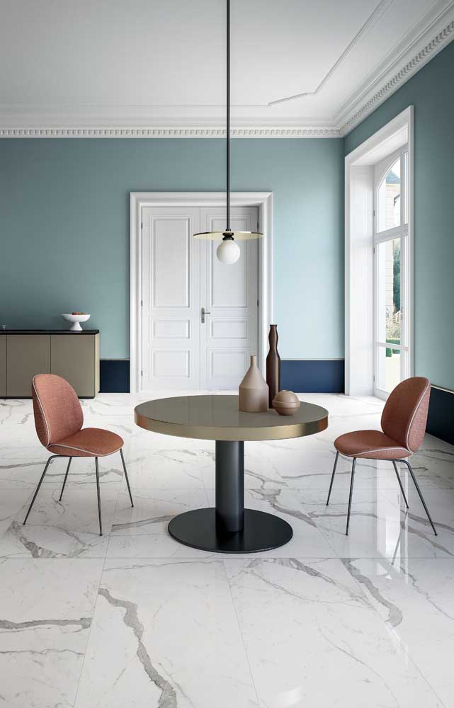 Que linda inspiração contemporânea de uso do azul: paredes pintadas em dois tons da cor, sendo que a mais escura delas forma uma espécie de rodapé largo