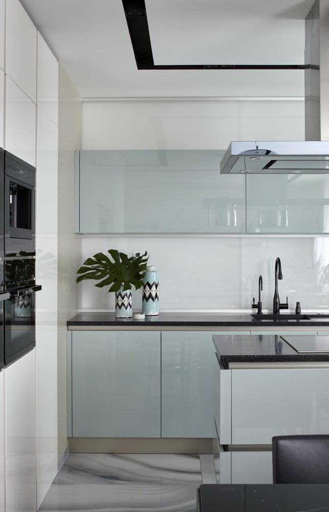 Um azul bem clarinho e brilhante para os armários dessa cozinha