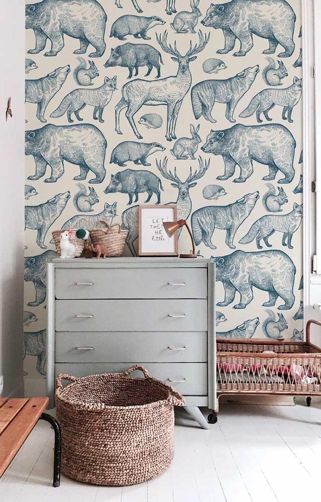O quarto do bebê ganhou um papel de parede com animais desenhados na cor azul