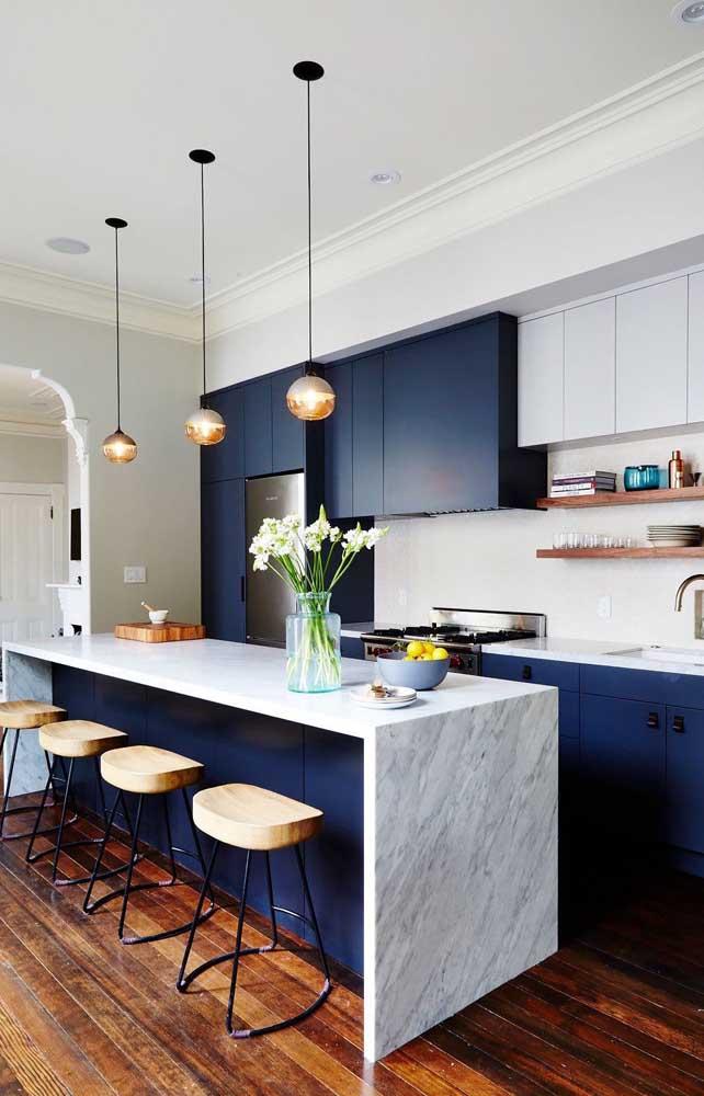 Azul petróleo nos armários da cozinha: sofisticação máxima para o ambiente