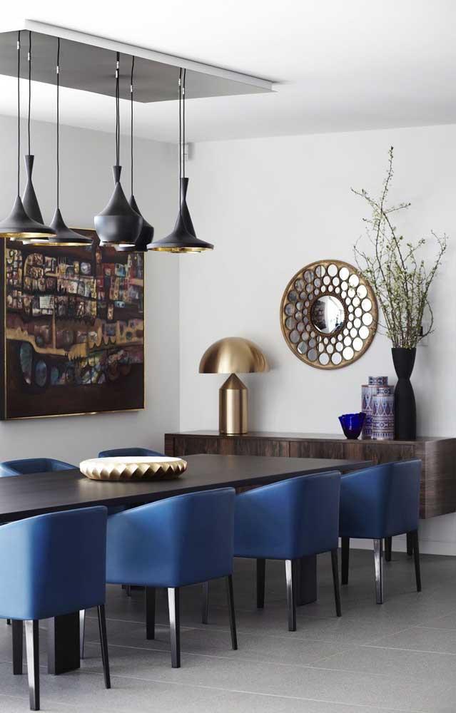 Poltronas azul marinho para contrastar, de modo equilibrado, com os móveis pretos e marrons