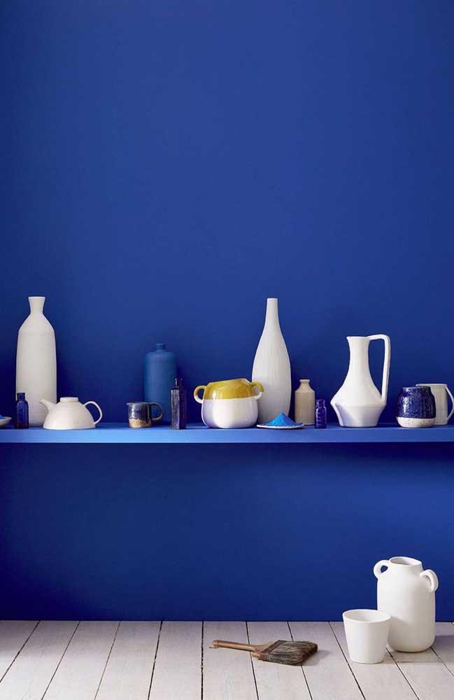 Que tal uma parede azul royal na sua cozinha? Para acompanhar, prateleira na mesma cor