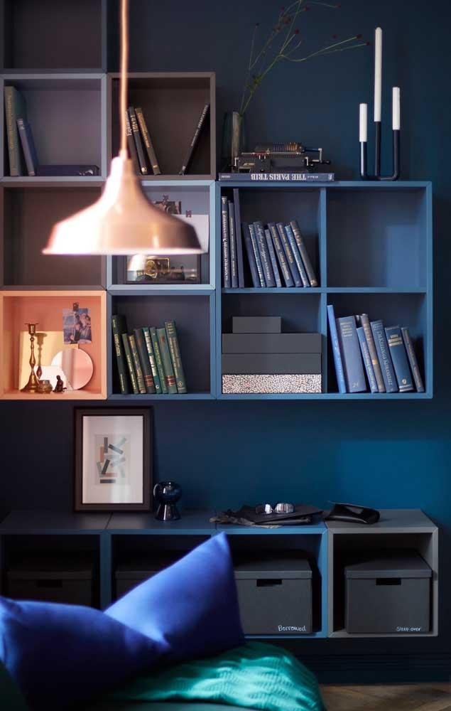 Já nessa sala, são os nichos que seguem o mesmo tom de azul da parede