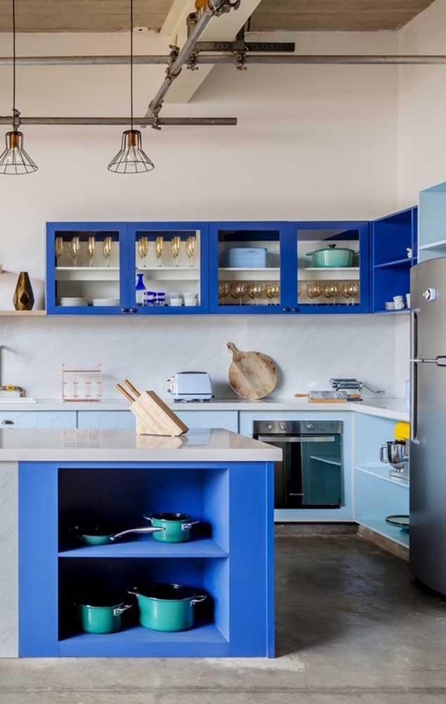 Diferentes tons de azul e verde se unem nessa cozinha para criar uma decoração moderna e despojada