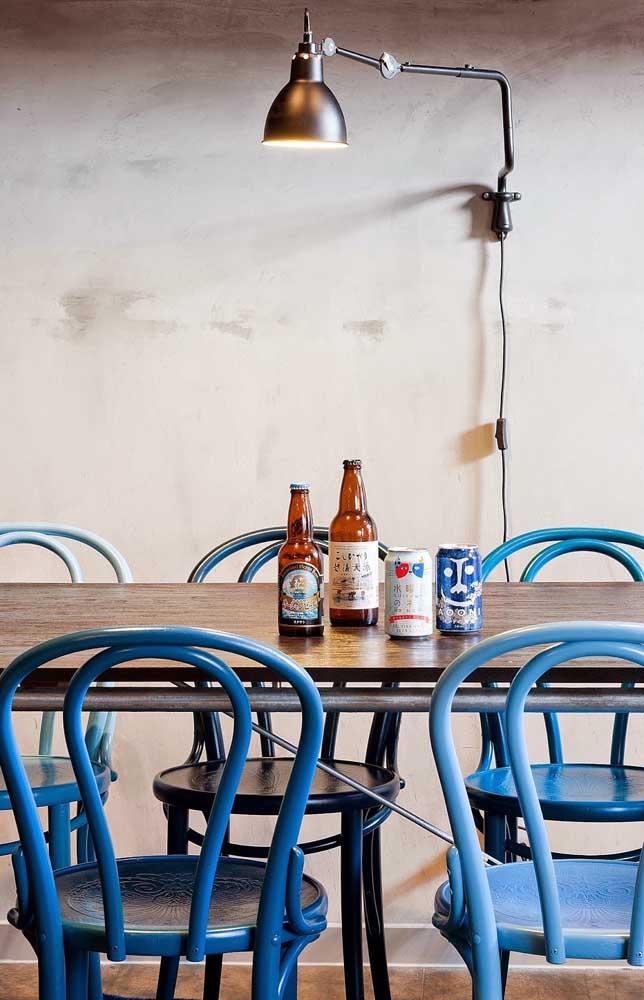 Cadeiras retrôs em tons de azul: não tem erro com elas!