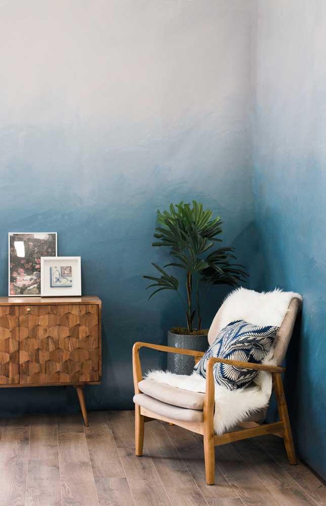 Que máximo essa parede em degradê de tons de azul! Incrível o efeito visual provocado por ela