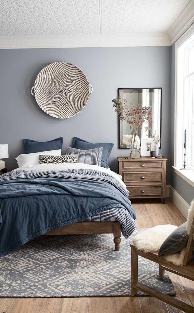 Para uma decor rústica e aconchegante, invista em tons de azul, madeira e peças de fibras naturais
