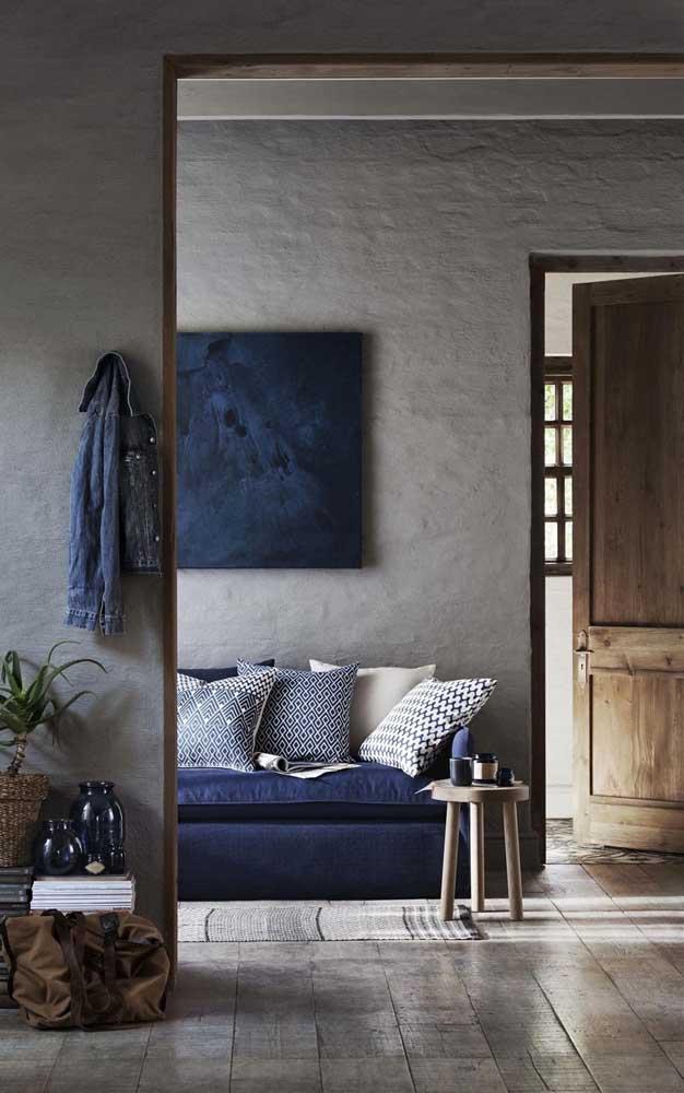 Ambiente sóbrio e moderno, resultado da combinação entre o cinza e o azul marinho