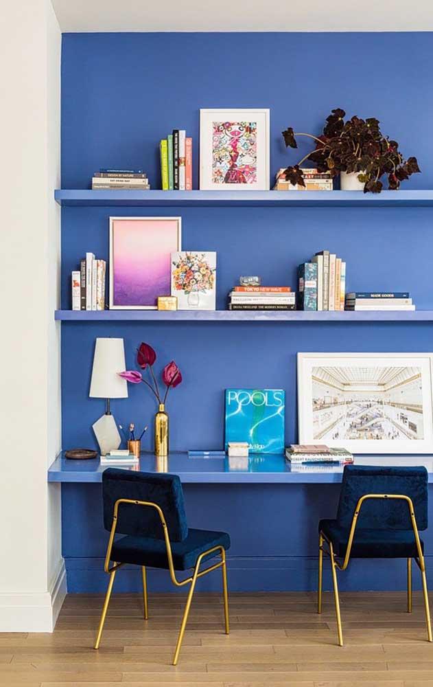 O home office azul deixa o dia de trabalho mais tranquilo e menos estressante