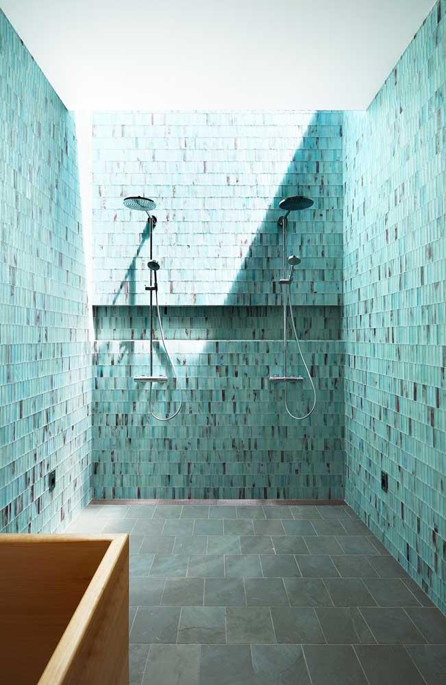 Banheiro com revestimento azul; perfeito para um ambiente onde a água é abundante