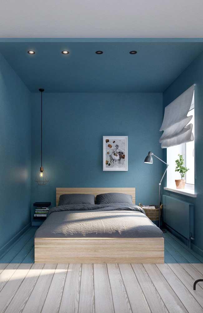Já aqui o azul não serve apenas para colorir o quarto, ele ajuda a demarcar a área destinada a esse ambiente
