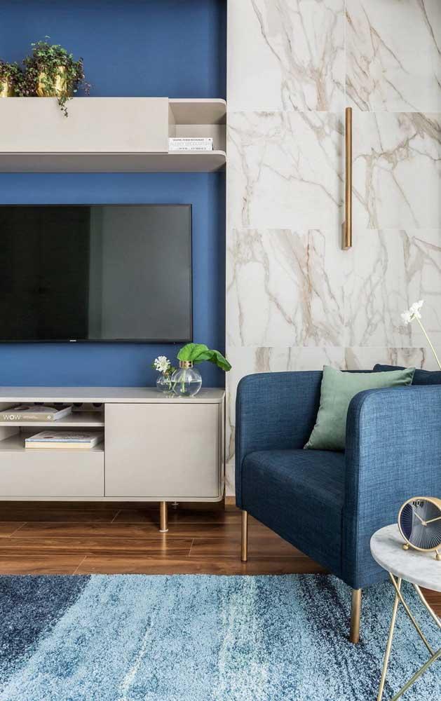 Que tal um pouco mais de luxo na decoração com tons de azul? Consiga isso com o mármore