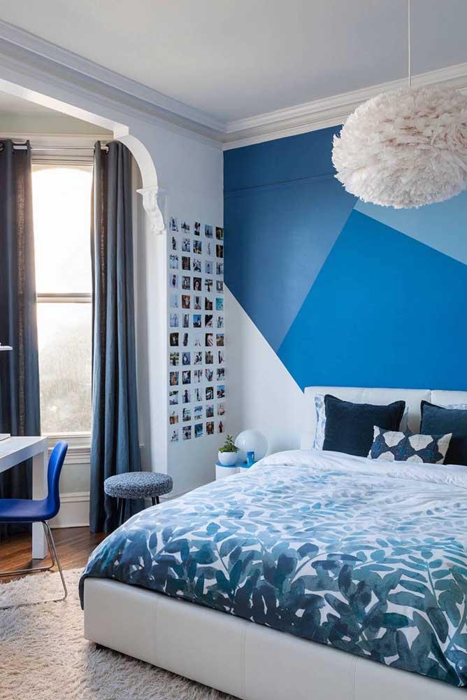 As paredes geométricas estão em alta, então, porque não fazer uma usando diferentes tons de azul?