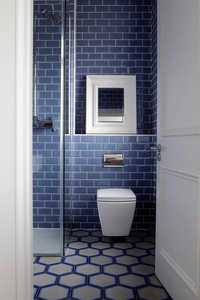 Azulejos de metrô azul para um banheiro pequeno e moderno