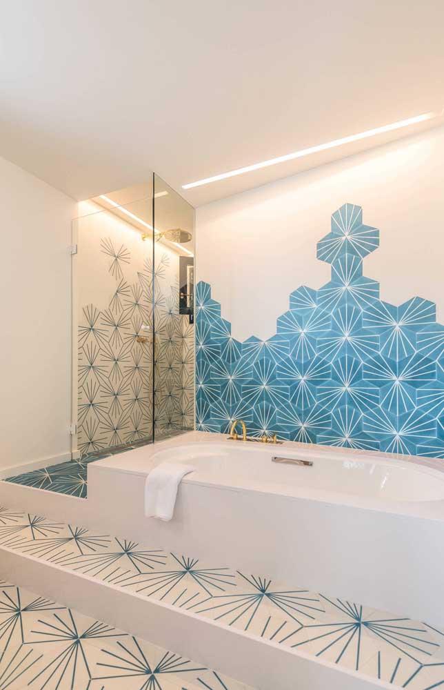 O azul também pode ser a cor dominante em um banheiro maior