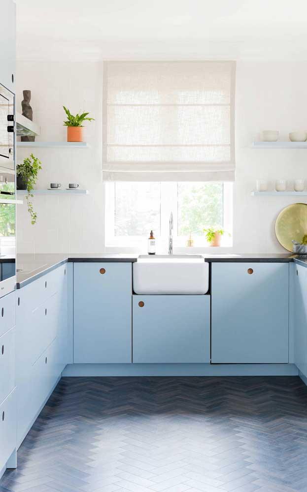 Essa cozinha iluminada apostou em armários em tom de azul pastel